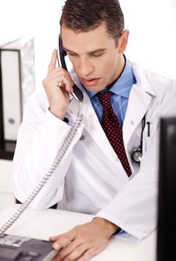 Снимка на млад мъж с лекарска престилка